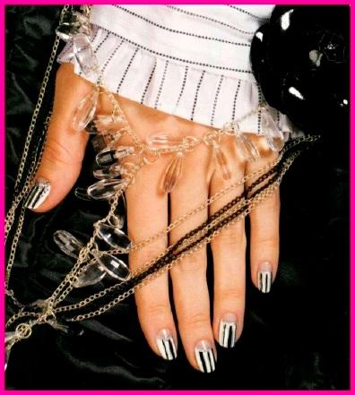 черно-белый дизайн ногтей с полосками